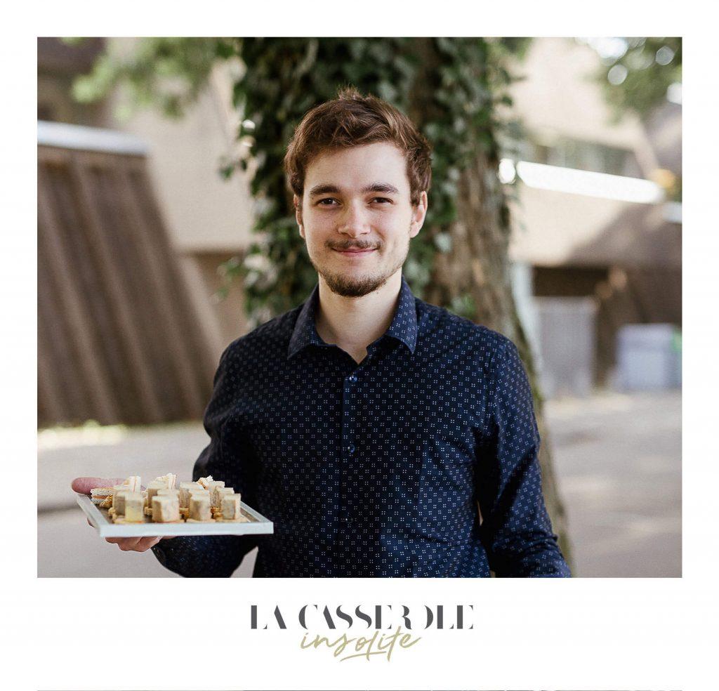 Un serveur de La Casserole Valentin en plein service au diner insolite du 21 juin 2018