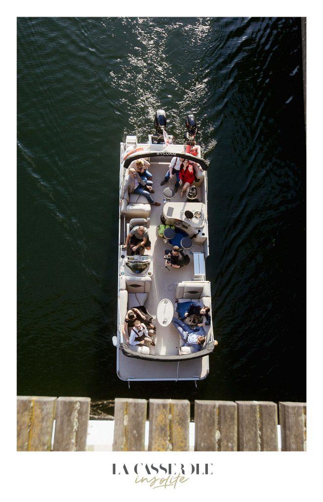Plusieurs invités à bord du bateau qui les ramènent au diner insolite du 21 juin 2018