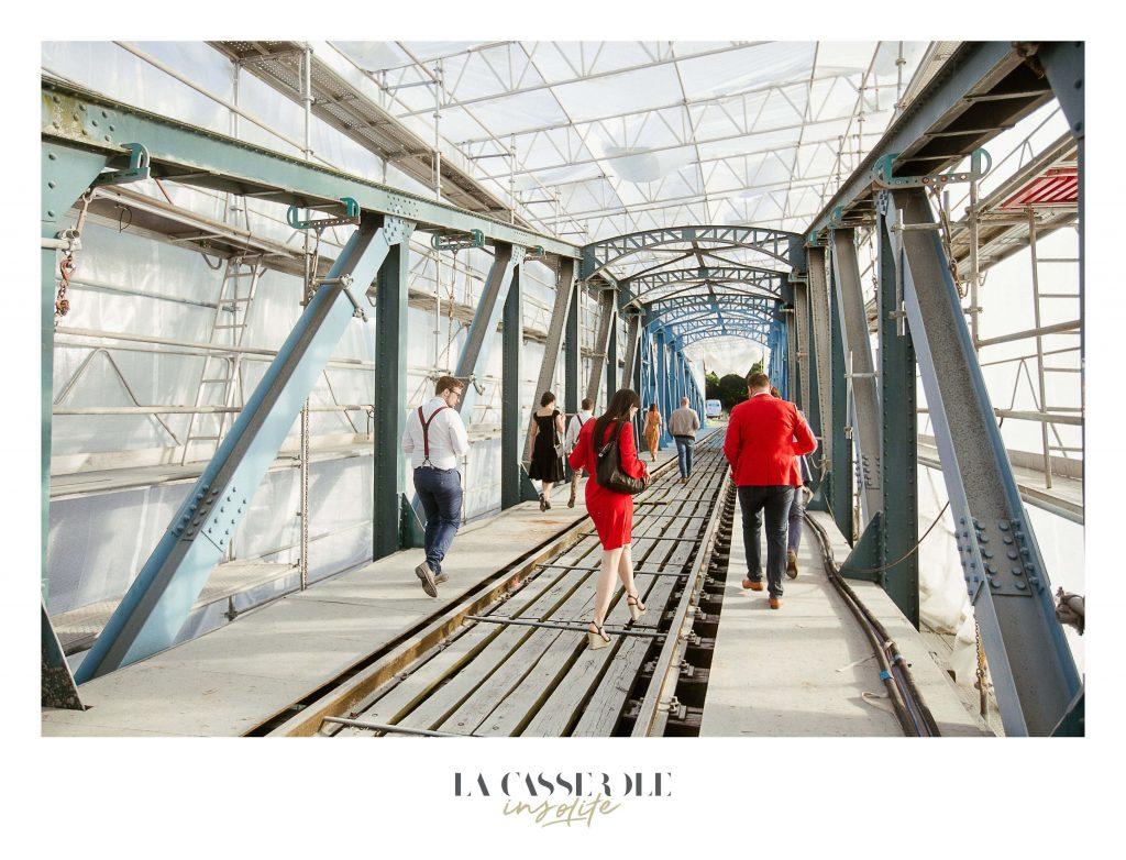 Les invités traversant un pont pour se rendre au diner insolite de La Casserole