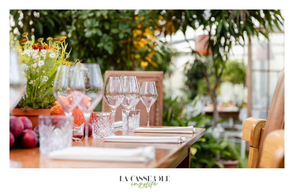 Une table dressée pour le diner à La Serre